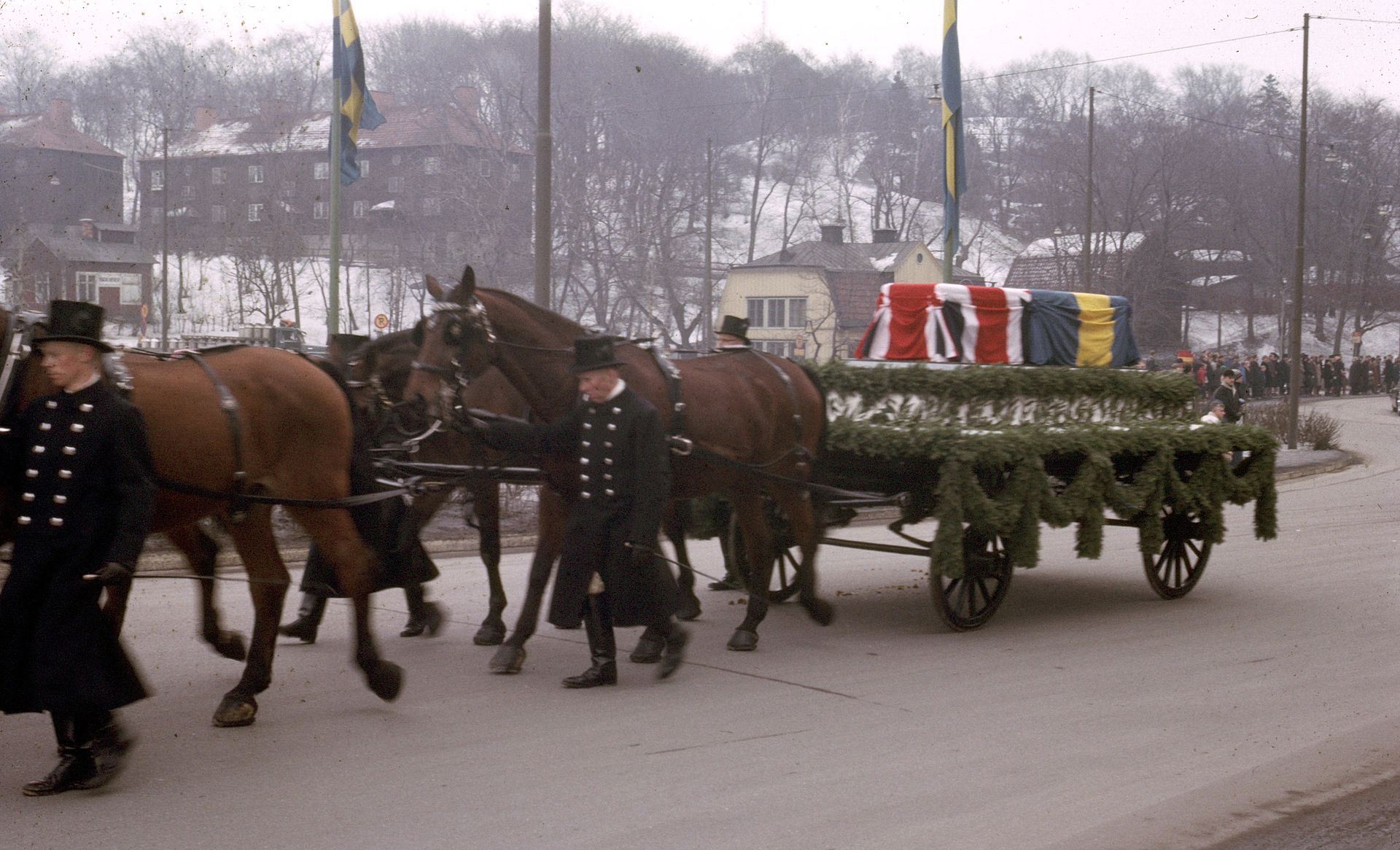 Horse_drawn_casket_queen_louise_mountbatten_of_sweden.jpg