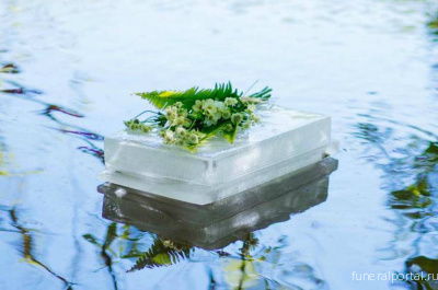 Floating ice urn makes for a unique eco-friendly memorial - Похоронный портал