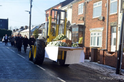 Hartlepool Mail: Respected timber merchant carried to funeral on family forklift truck - Похоронный портал