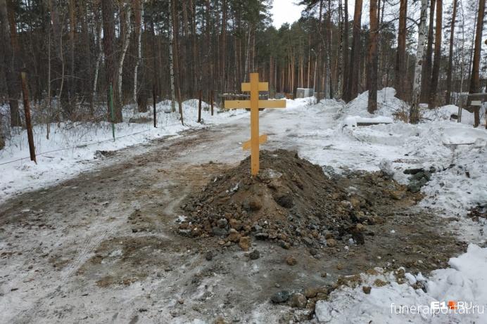 Екатеринбург. На дороге у Широкореченского кладбища вырыли могилу, чтобы закрыть въезд на производственную базу - Похоронный портал