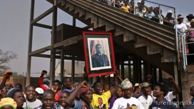 BBC News. Zimbabwe settles row to give Mugabe hero's burial - Похоронный портал