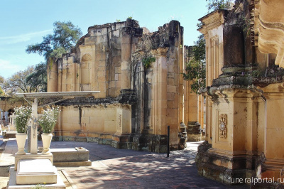 Post Mortem Chapel. The ruins of an abandoned church mingle with the graves at Oaxaca's General Cemetery. - Похоронный портал